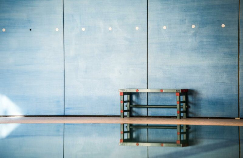 Detailfoto einer Bank im Schwimmbad der ProPhysio GmbH in Köln-Longerich