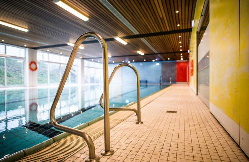 Detailfoto der Treppengriffe des Schwimmbeckens der ProPhysio GmbH in Köln-Longerich